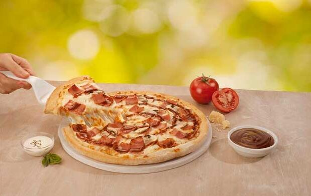 Pizza mediana con 3 ingredientes por 5.95