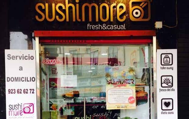 Bandeja surtida con 24 piezas de sushi