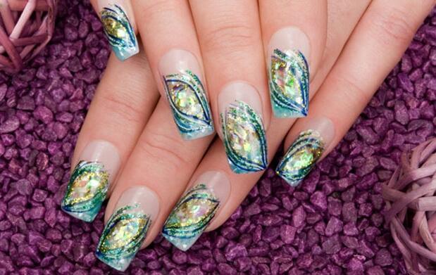 Luce uñas de porcelana o gel decoradas